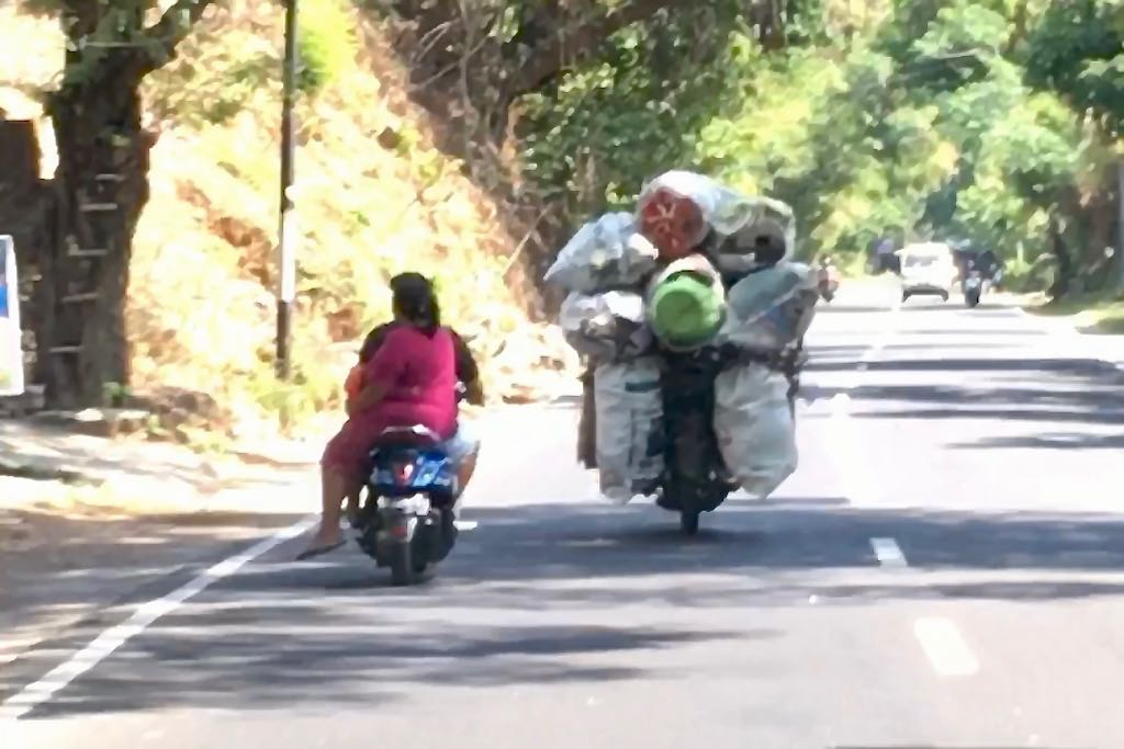 Roller mieten auf Bali Überladener Roller