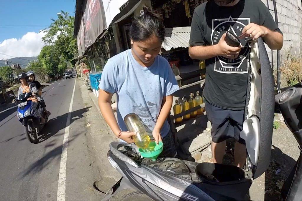 Roller mieten auf Bali Roller tanken